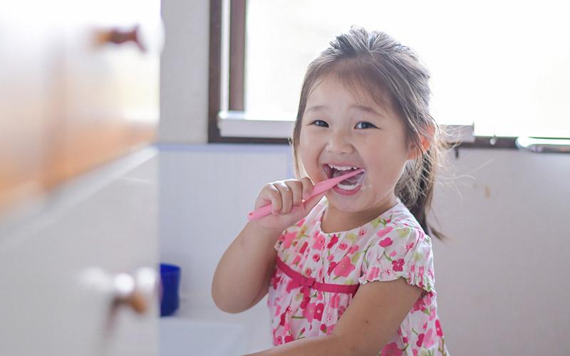 初期虫歯はフッ素で修復できる? フッ素で状態改善する理由と初期虫歯の対処